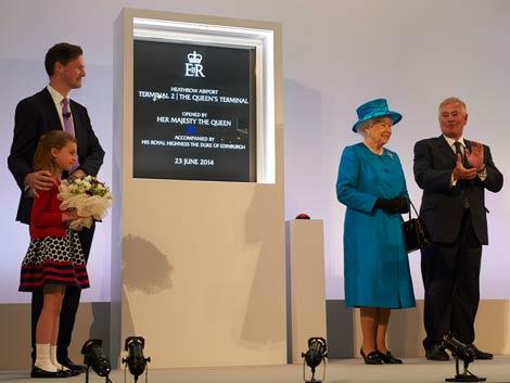 Queen unveils plaque at LHR T2