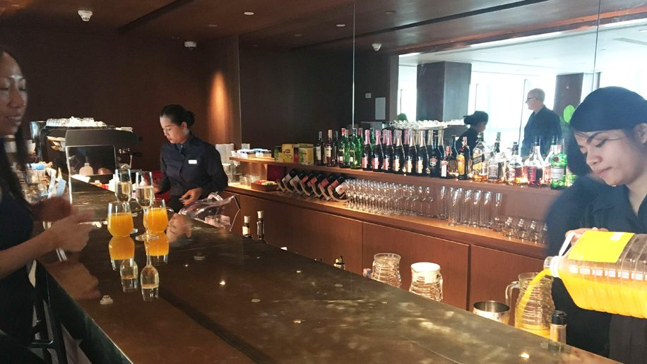 Cathay Pacific first and business class lounge Bangkok Suvarnabhumi Airport Bar